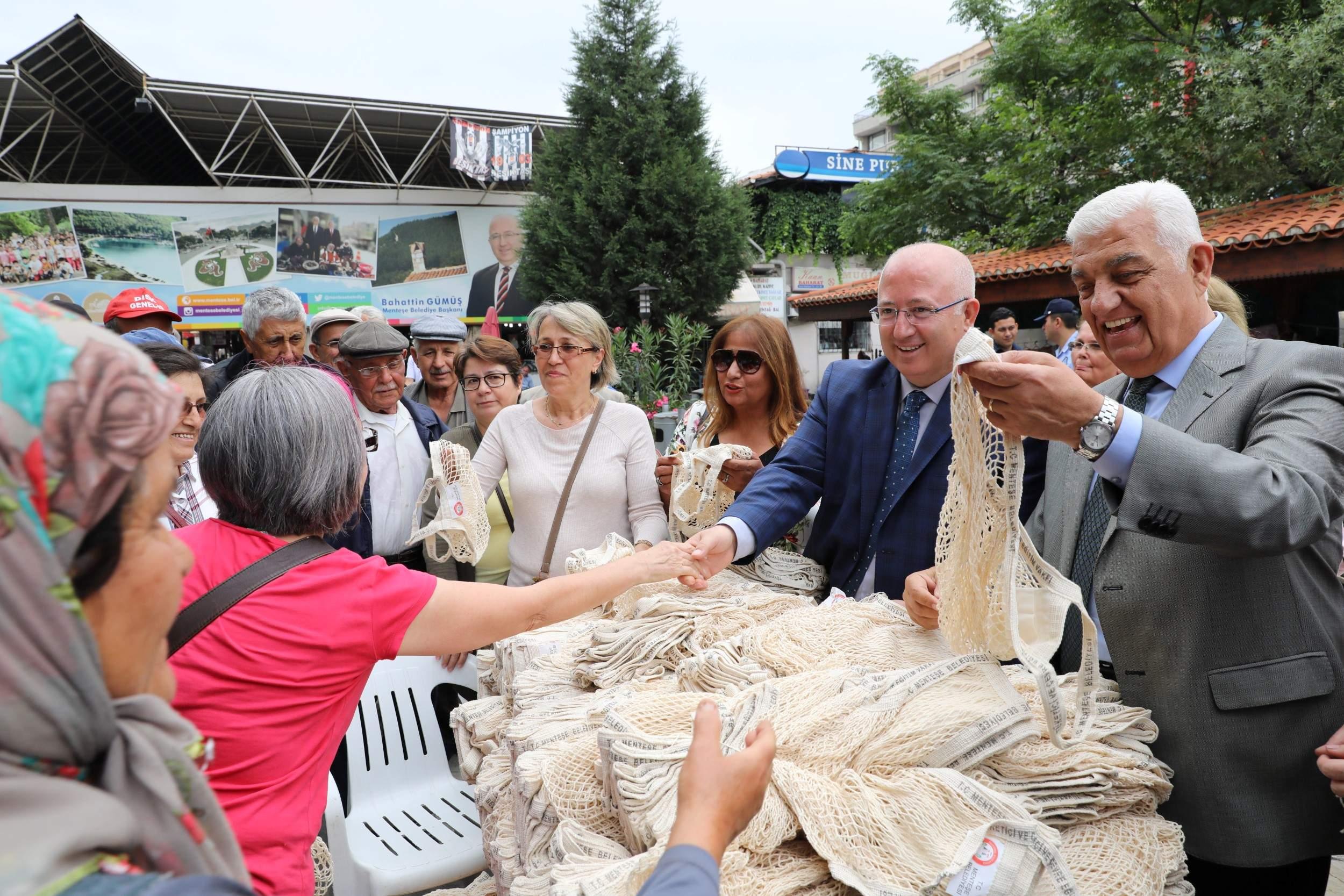 Başkanlar Vatandaşa Alışveriş Filesi Dağıttı