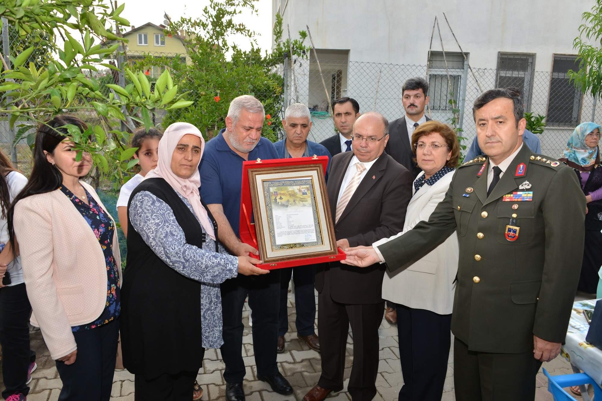 Vali Çiçek, Şehit Uzman Onbaşı Alper Seven'in ailesine Şehadet  Belgesi takdim etti
